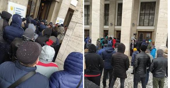 Тарифна сесія: Мітингувальники хочуть увірватися до зали, Петров стримує тиск (ФОТО, ВІДЕО)