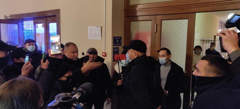 Тарифна сесія: Мітингувальники вимагають відставку керівництва області, а також кричать, що йдуть до монополістів, до облгазу, якщо їх не пустять на сесію ради (ФОТО)