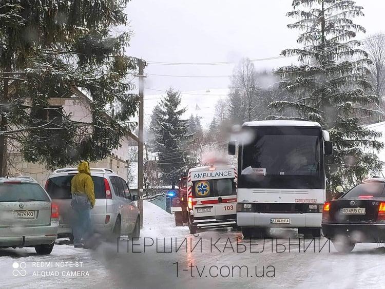 Дорогою до гірськолижного курорту у Пилипці на Міжгірщині застряг автобус з туристами: після дощів дорога перетворилася на ковзанку (ФОТО)