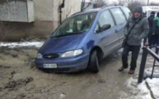 """""""От, як треба проводити ремонтні роботи, європейська якість. Добре, що не все авто потонуло"""", – на Закарпатті авто провалилось під землю"""