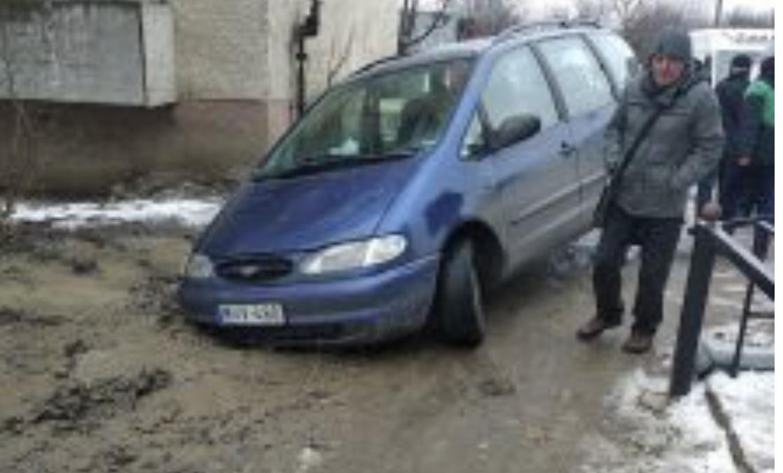 """""""От, як треба проводити ремонтні роботи, європейська якість. Добре, що не все авто потонуло"""", - на Закарпатті авто провалилось під землю"""