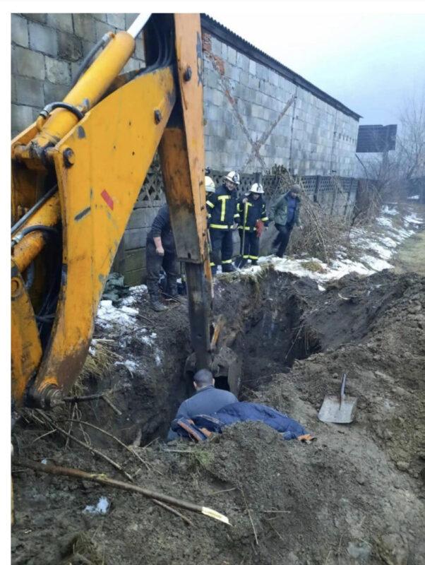 На Закарпатті молодого чоловіка засипало землею: Рятувальники відкопали чоловіка, однак він був уже мертвий (Фото)