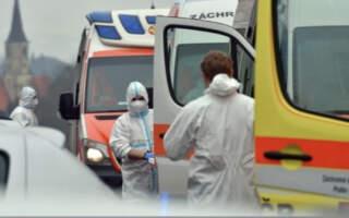 Чехія ізолює райони, закриває школи та одягає всіх у медичні маски: У країні продовжили надзвичайний стан