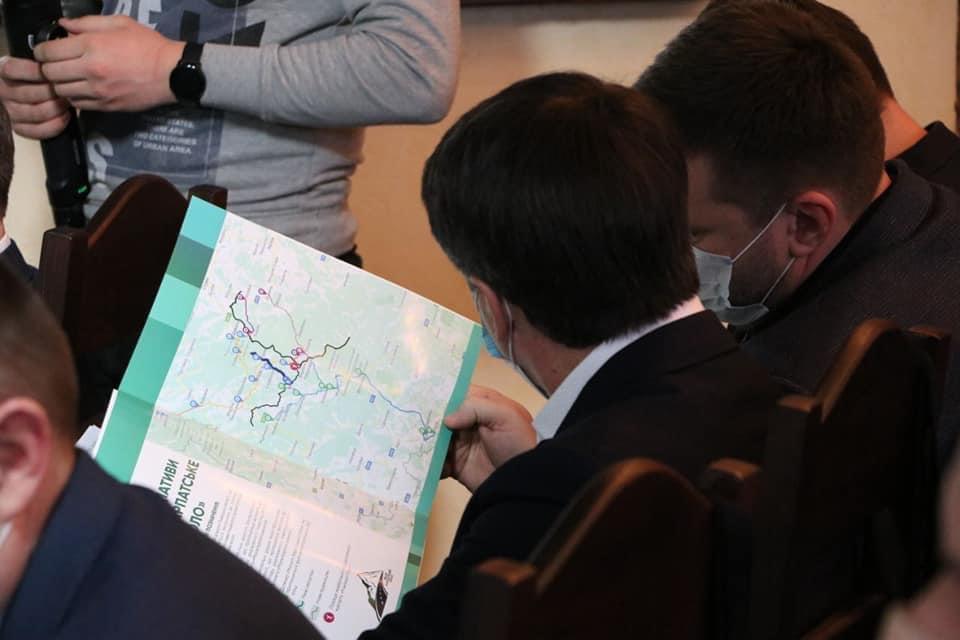 Анатолій Полосков під час спільної наради щодо реалізації проєкту «Мале Карпатське коло» озвучив пропозиції включити у «Мале Карпатське коло» дорогу Синевир - Колочава – Буштино, із продовженням до кордону із Румунією