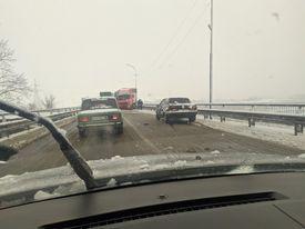 Через погодні умови у Мукачеві грузова автівка не впоралася з керуванням
