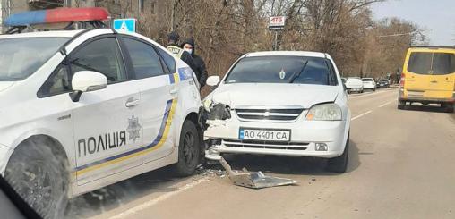 У мережі оприлюднили фото ДТП у Берегові: Авто протаранило полісменів