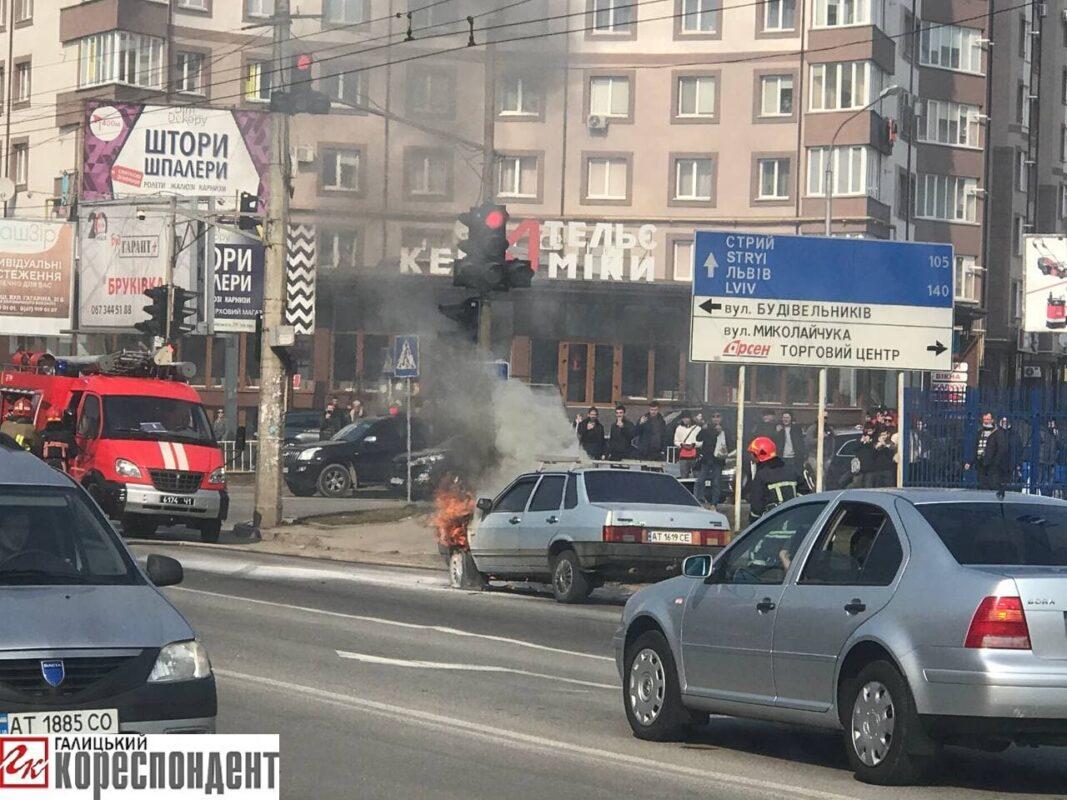З'вилось Відео та Фото з місця пожежі авто у центрі Івано-Франківська
