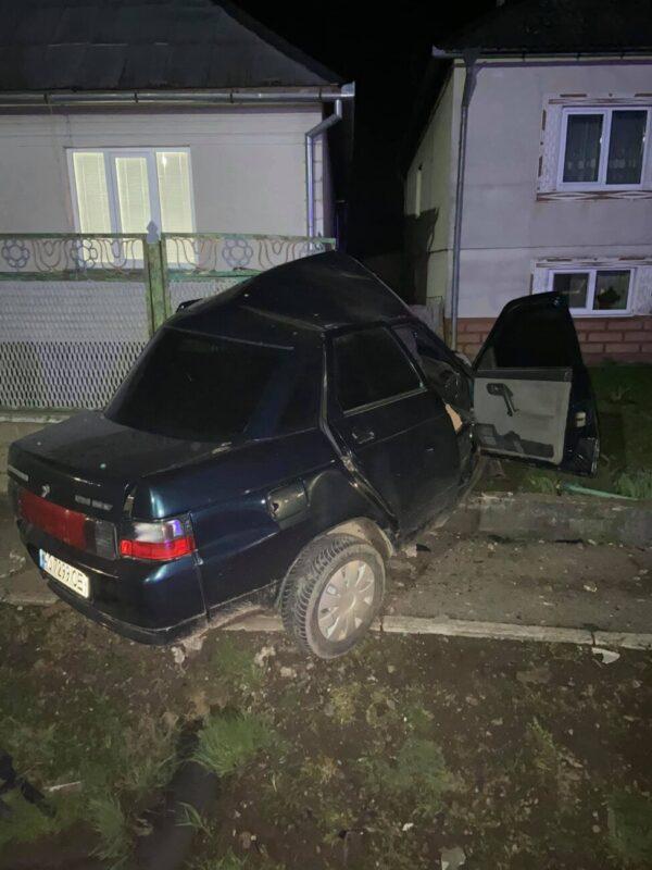 """""""Йоб їх наліво - навіщо у такому стані сідати за руль"""", - водій на підпитку протаранив паркан будинку (ФОТОФАКТ)"""