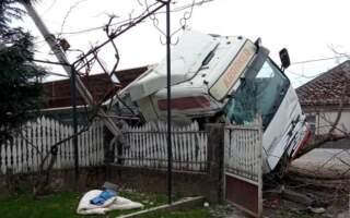 Жорстка аварія на Закарпатті: Фура протаранила електроопору та влетіла у двір