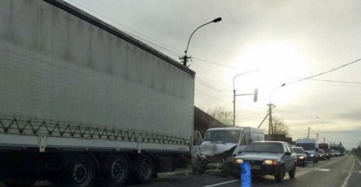 ФОТО. На Закарпатті вантажна автівка врізалася у фуру на світлофорі