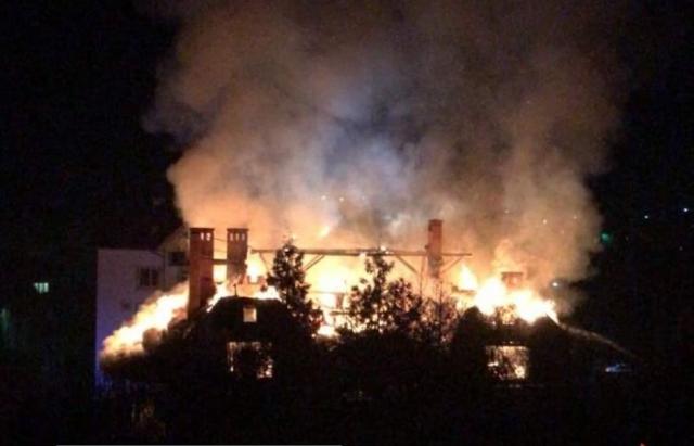 З'явились фото та відео масштабної пожежі в Ужгороді: Згорів готель