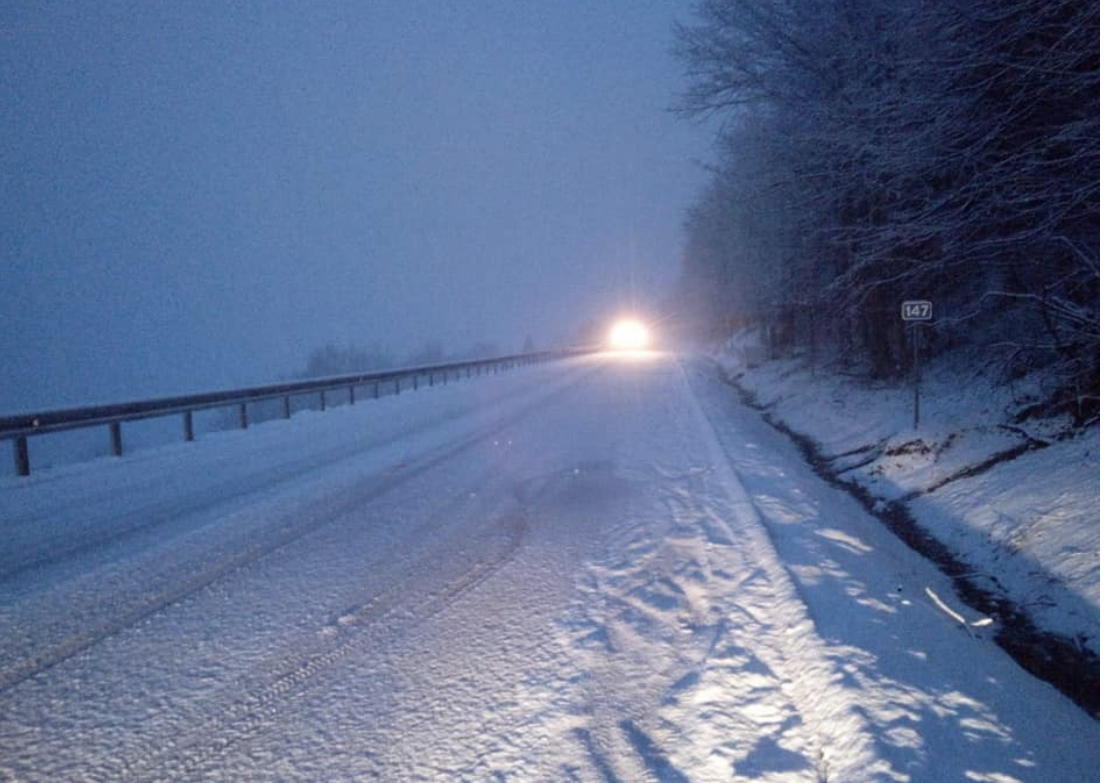 ФОТО. На Закарпатті сніжить, найскладніша ситуація — на Ужоцькому перевалі