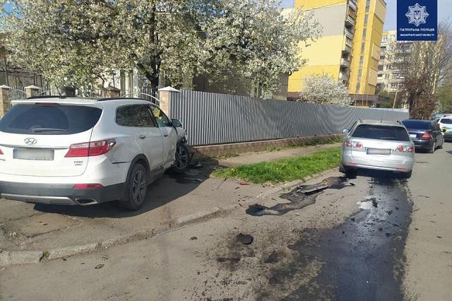 Подробиці жорсткого ДТП: В Ужгороді Hyundai на великій швидкості влетів спочатку у Mazda, а потім протаранив огорожу (ФОТО)