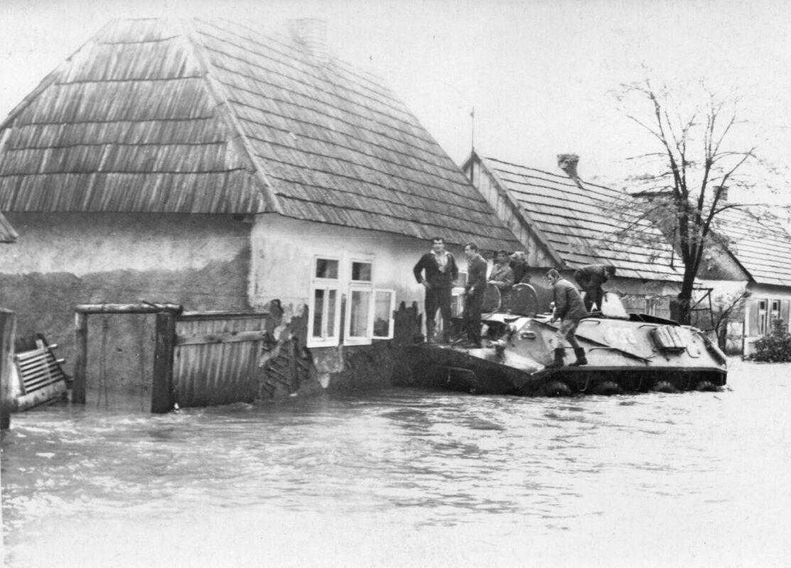 """""""Рятування захоплених водою у окремих будівлях на БМП"""",- у мережі показали фото руйнівного паводку на Тячівщині"""