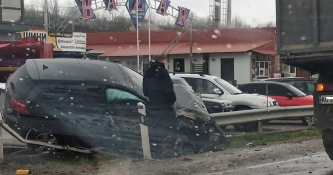 Легкове авто як пір'їнку відкинуло на відбійник: З'явилось відео ДТП на Мукачівщині