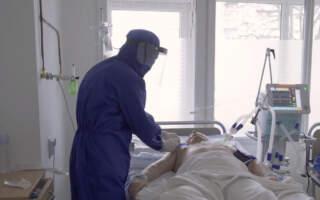 """""""До то часу поки сюди не поступають, вони всі кажуть, що не вірили, що може бути так важко"""", – медики з останніх сил допомагають хворим. Ситуація справді критична: Лікарі показали переповнену лікарню хворими на коронавірус у Львові (ВІДЕО)"""