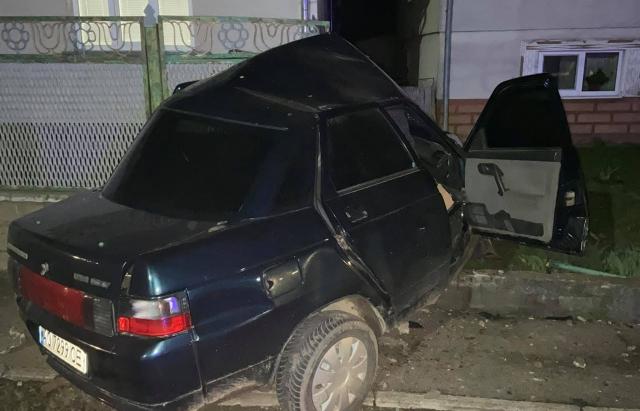 """""""Йоб їх наліво – навіщо у такому стані сідати за руль"""", – водій на підпитку протаранив паркан будинку (ФОТОФАКТ)"""