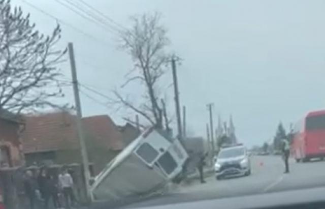 У мережі опублікували ФОТО та ВІДЕО ДТП на Закарпатті: Мікроавтобус злетів з дороги та перекинувся