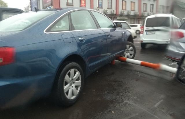 """Поспішав за шовдирьом :) : У Мукачеві на ГІДі автівка """"повисла"""" у повітрі"""