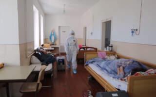 Хворі лежать в коридорах: На Львівщині бракує місць, кисню, а щоб добратися до лікарні, треба проїхати понад десяток кілометрів розбитою вщент дорогою (ВІДЕО)