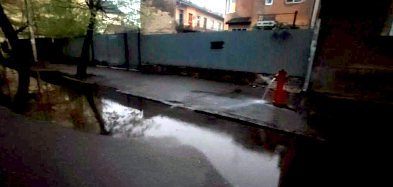 В Ужгороді прорвало гідрант і затопило набережну (ФОТО)