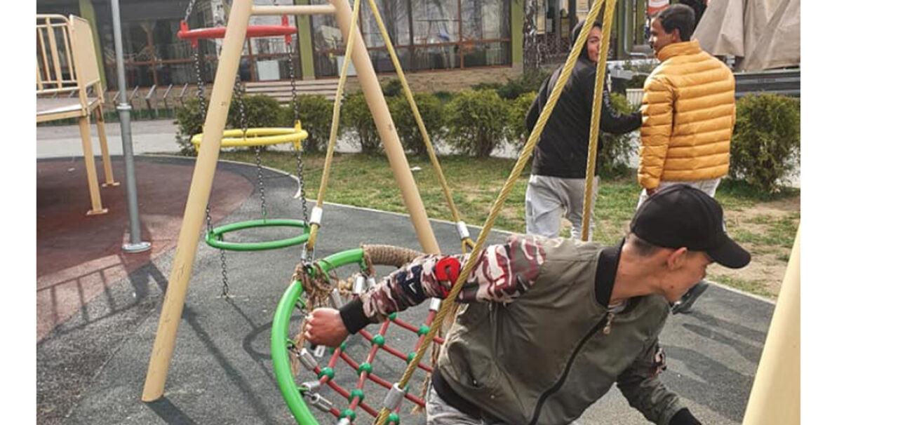 """""""Зламані гойдалки, коники, лавочки це справа рук таких ось НЕлюдей‼️"""", - цигани руйнують центральний дитячий майданчик закарпатського міста (ФОТО)"""