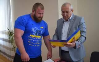 Міський голова відзначив Дениса Бережника за перемогу у Чемпіонаті України зі стронгмену (фото)