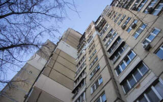 Трагедія на Закарпатті, чоловік викинувся із 5 поверху: Медики розповіли про його стан