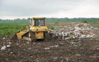 На Ужгородщині померлих проводжають в останню путь  минаючи купи сміття та витримуючи нестерпний сморід