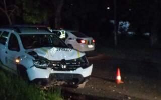 """""""Як так? 3-тя година ночі, перешкоди відсутні, і в дерево…"""", – в Ужгороді поліцейське авто врізалося в дерево (фото)"""