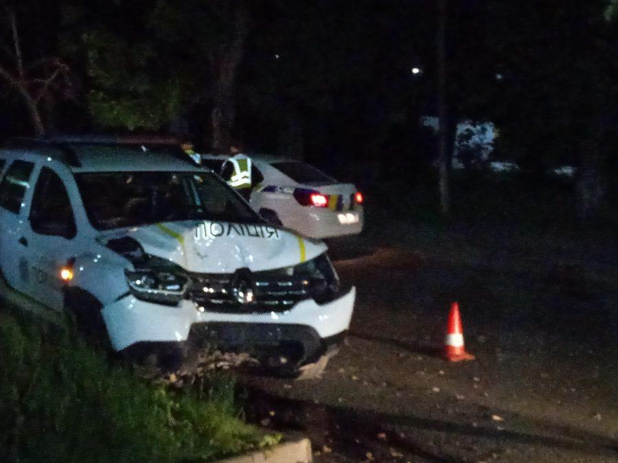 """""""Як так? 3-тя година ночі, перешкоди відсутні, і в дерево…"""", - в Ужгороді поліцейське авто врізалося в дерево (фото)"""