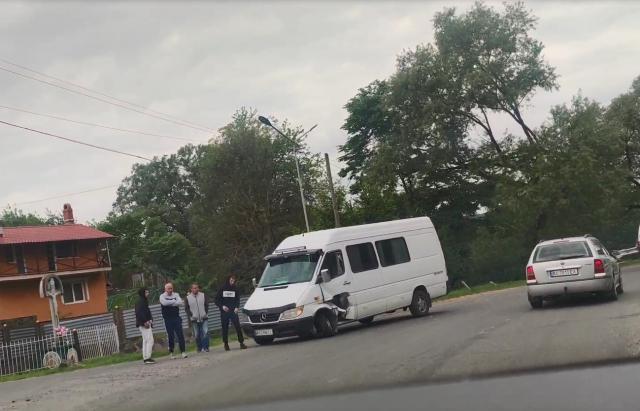 """На Закарпатті водій мікроавтобуса на великій швидкості не """"вписався в поворот"""" та влетів у відбійник (ФОТО)"""