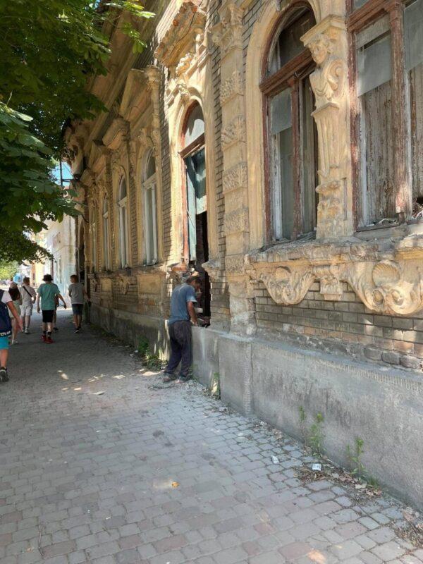 Терміново! Прямо зараз руйнують один із найважливіших будинків історичної забудови в Ужгороді (ФОТО)