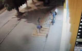 Протягом кількох годин кілька циганчат під керівництвом однієї повнолітньої особи циганської народності знищили дощенту сходи супермаркету (ФОТО)