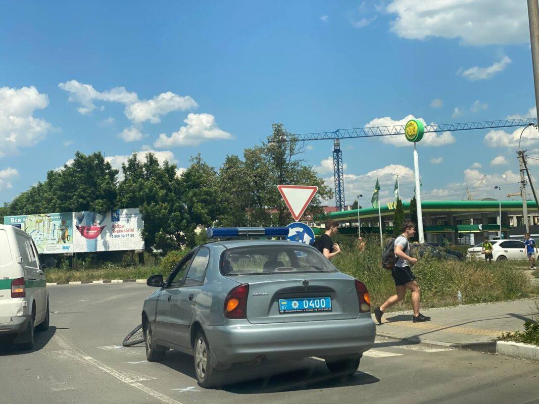 Фото: В Ужгороді поліцейський збив велосипедиста на пішохідному переході.