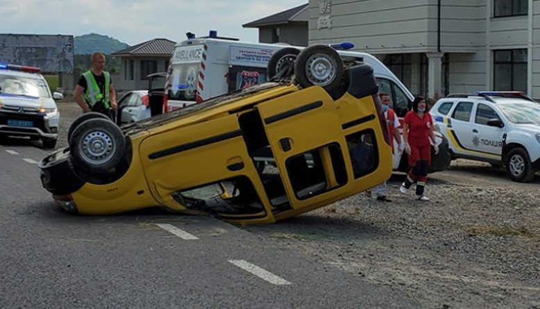 ДТП на Закарпатті: У наслідок ДТП автівка перекинулася на дах