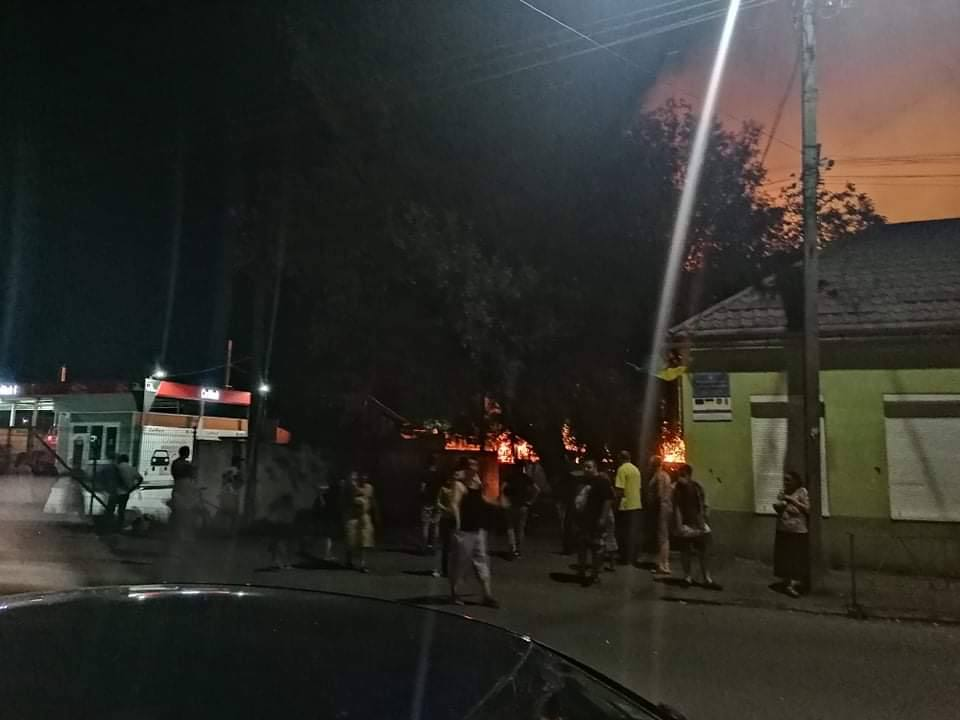 В Ужгороді велика пожежа: Один із ромів підпалив свою хату і палає ромський табір (ВІДЕО)