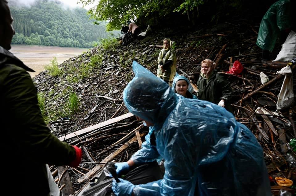 На Закарпатті провели масштабну екоакцію з ліквідації сміттєзвалищ у прибережній зоні та лісових масивах Вільшанського водосховища (ФОТО)