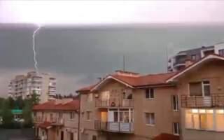Блискавки розсікали небо навпіл: в мережі оприлюднили відео грози в Ужгороді (відео)