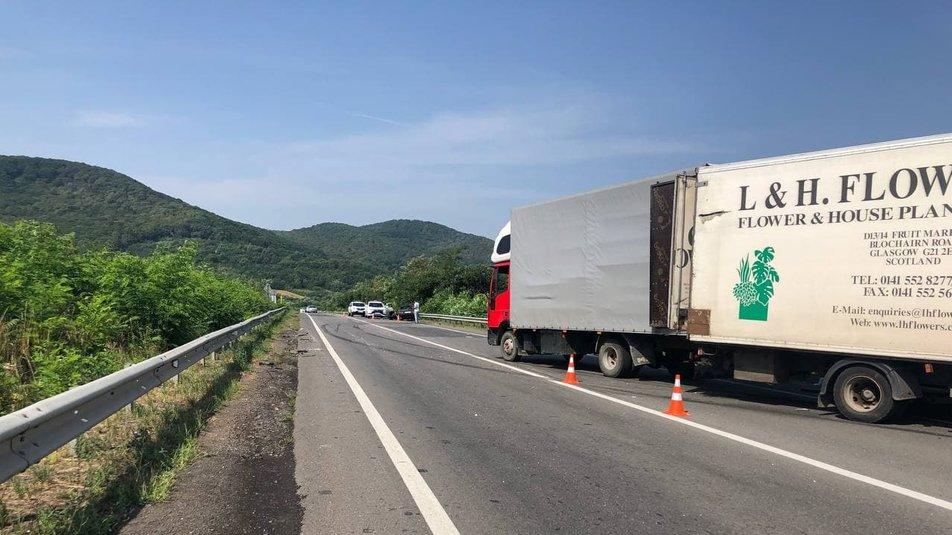 Автомобіль розрізали, щоб витягнути водія: Жахлива ДТП на Закарпатті - легковик врізався у фуру (ФОТО)