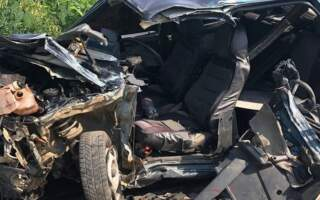 Автомобіль розрізали, щоб витягнути водія: Жахлива ДТП на Закарпатті – легковик врізався у фуру (ФОТО)