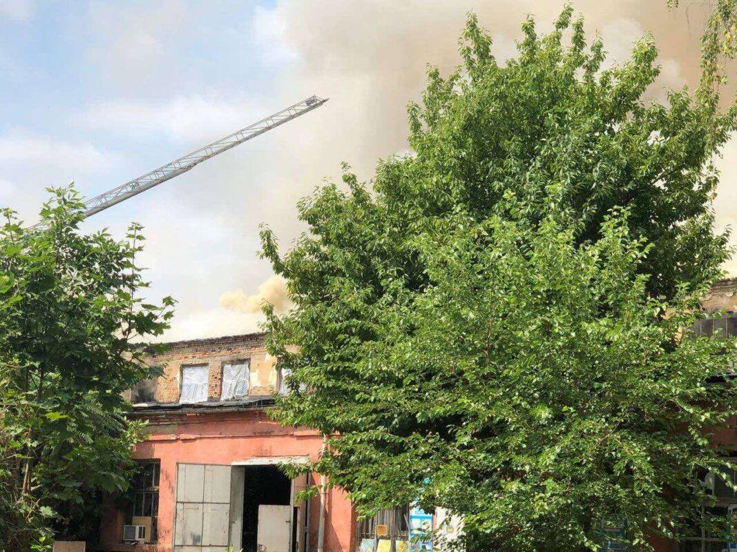 В Ужгороді горять склади механічного заводу (ФОТО)