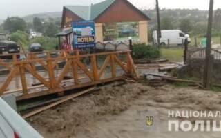 Як починається стихія: паводок на Рахівщині несе з собою деревину та сміття (ВІДЕО)