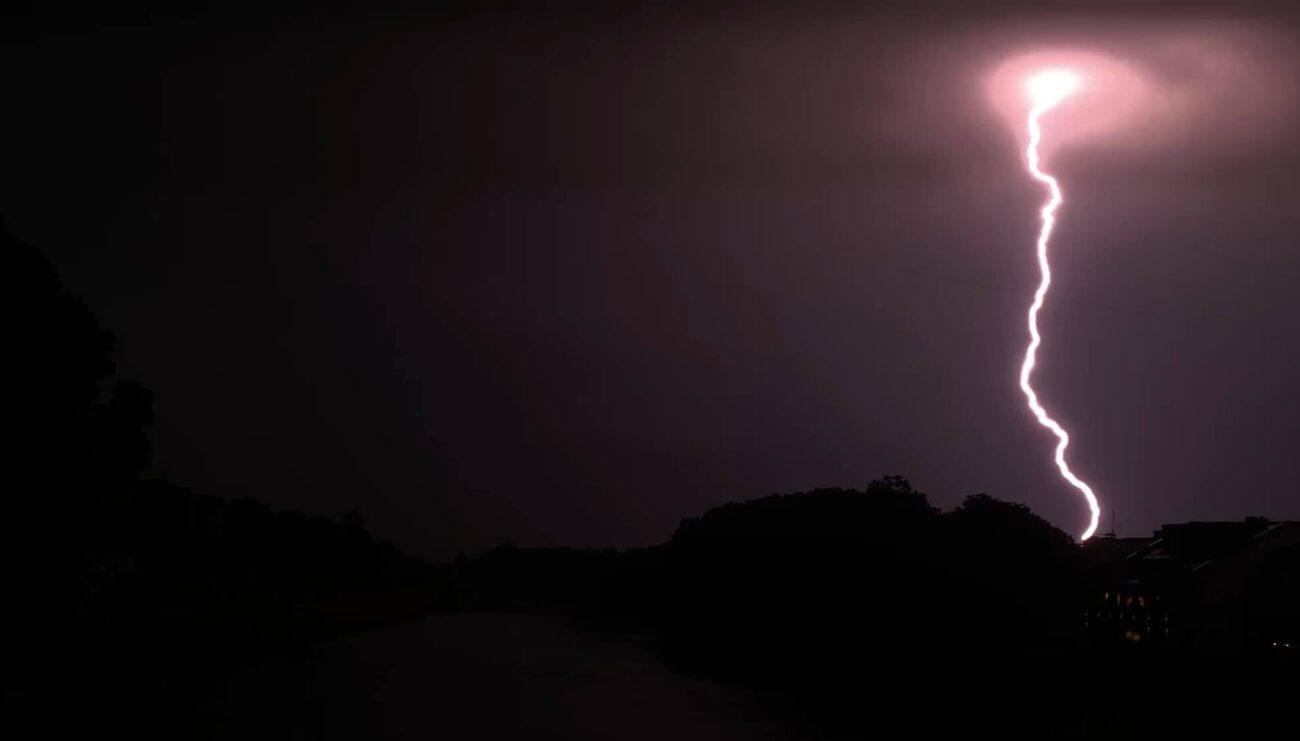 Від удару блискавки на Закарпатті згорів готель (ФОТО)