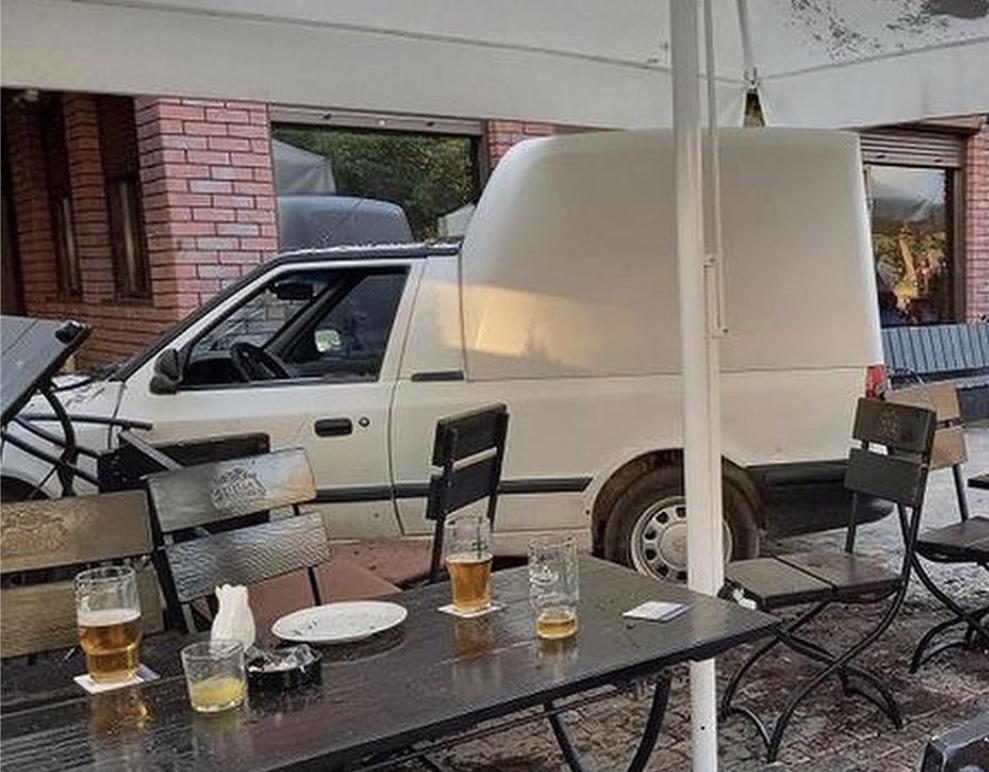 На Закарпатті авто влетіло у терасу піцерії де сиділи люди (ФОТО. ВІДЕО)