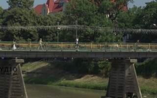 Аварійний стан: в Ужгороді руйнується пішохідний міст (ВІДЕО)