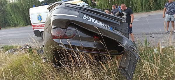 У салоні авто було двоє дорослих: На Закарпатті авто злетіло з траси та перекинулося