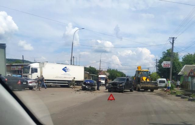 ДТП на Закарпатті: зіткнулися позашляховик та легковик (ФОТО)