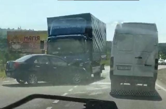 """З'явились фото та відео страшного ДТП на Закарпатті: Іномарка """"врізалась"""" у вантажівку"""