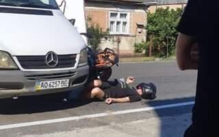 ДТП на Тячівщині: Під колесами авто опинився водій мотоцикла (ФОТО)